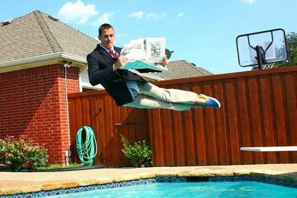 прыгнуть с кем-нибудь в бассейн в одежде, на каком-нибудь официальном приеме))