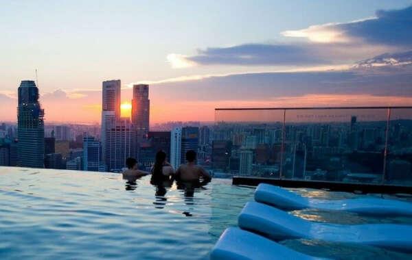 Поплавать в бассейне на крыше небоскрёба