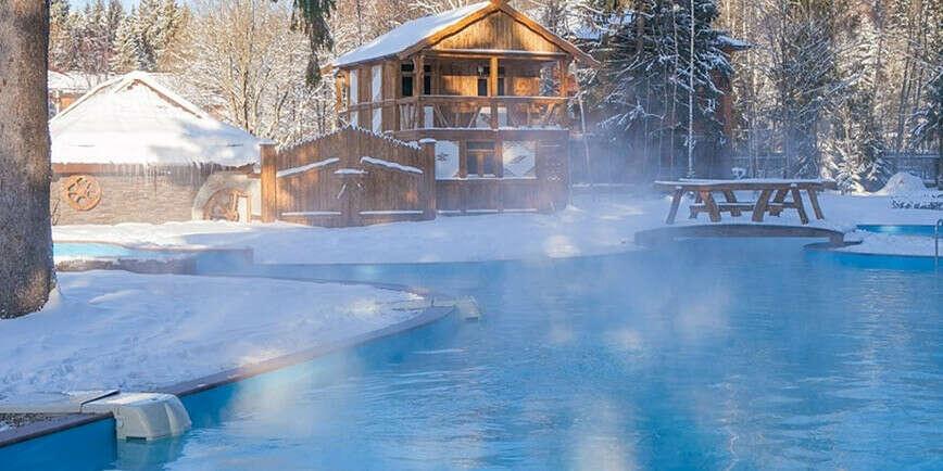 Купаться в открытом бассейне зимой, а вокруг сосны