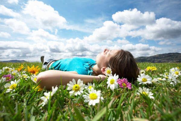 Лежать на лугу и разглядывать облака