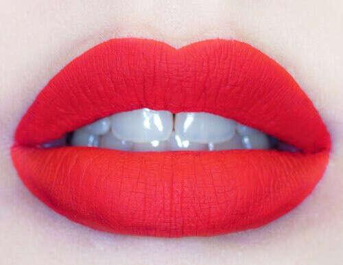 сделать нейтральный макияж с красной помадой