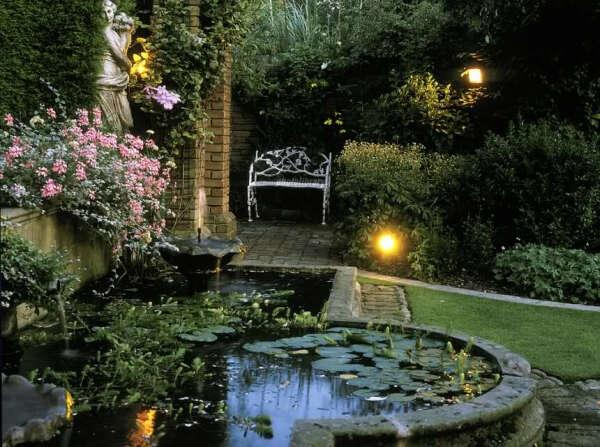 Сад на заднем дворике