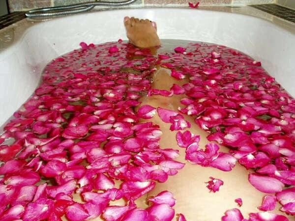 Ванна с лепестками роз