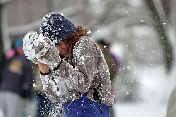 Поиграть в снежки:)