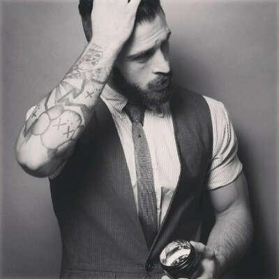 Бородатого мужчину с татуировками