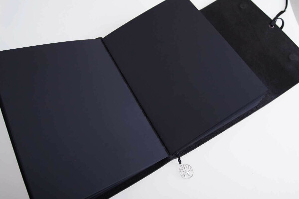 Ежедневник с чёрными листами и белой ручкой