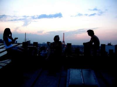 Встретить закат на крыше с друзьями