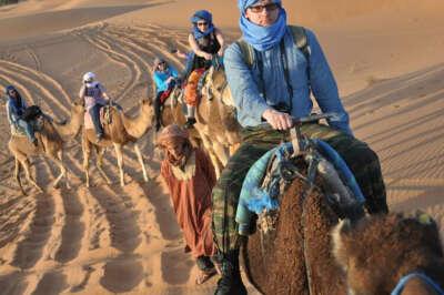Езда на верблюде в пустыне