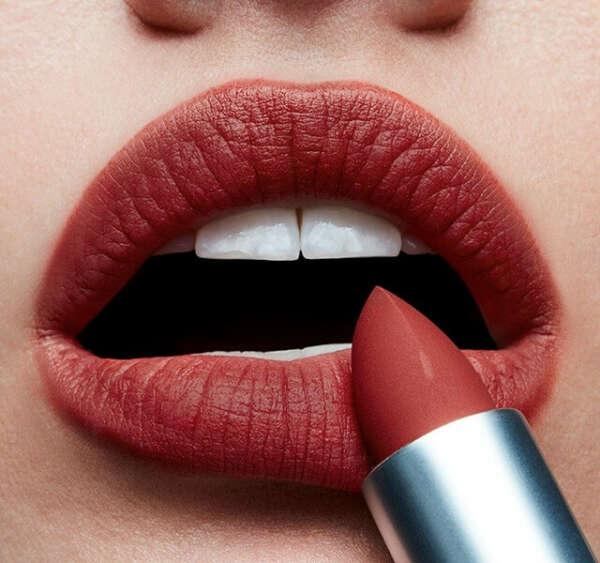 Помада MAC POWDER KISS LIPSTICK DEVOTED TO CHILI