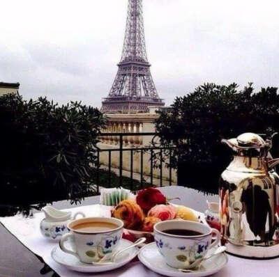 Позавтракать круассаном с кофе в Париже