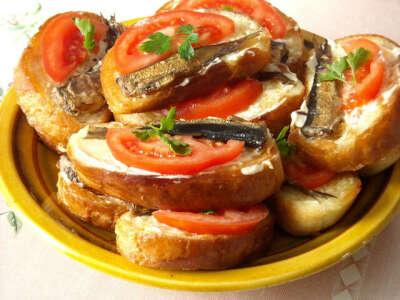 горячие бутерброды со шпротами и яйцом