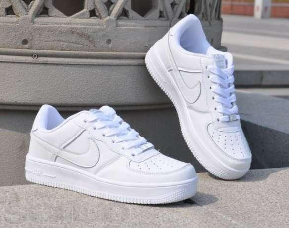 Белые кросовки или кеды