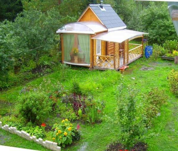 дачу с красивым зеленым садом и домиком с баней