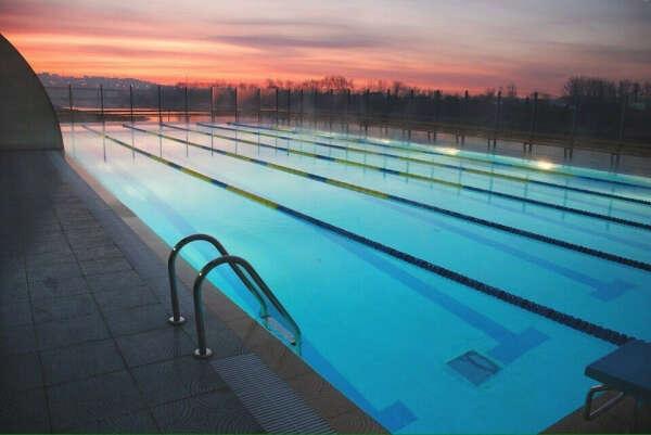 Поплавать в пустом бассейне