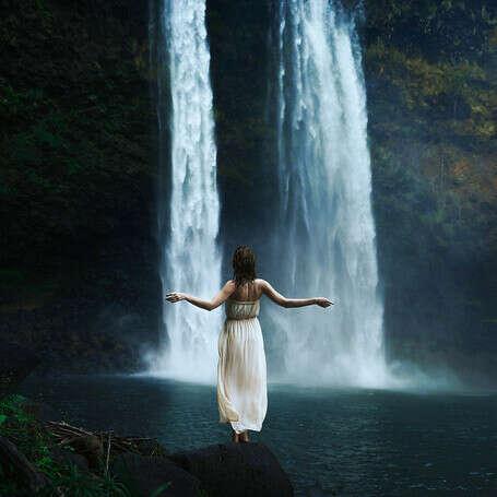 Стоять под водопадом