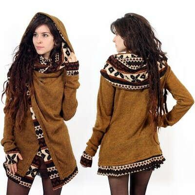 Gilet artisanal bi-matière aspect laine avec imprimé et gros col croisé pour un style babacool et ethnique. Très confortable à porter, il est idéal pour les soirées, festivals ou teufs