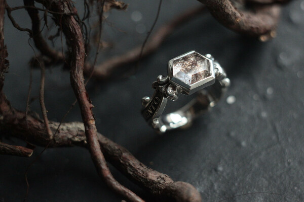 Мемориальное кольцо с прядью волос