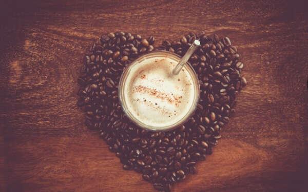 Большуую кружку кофе и шоколад