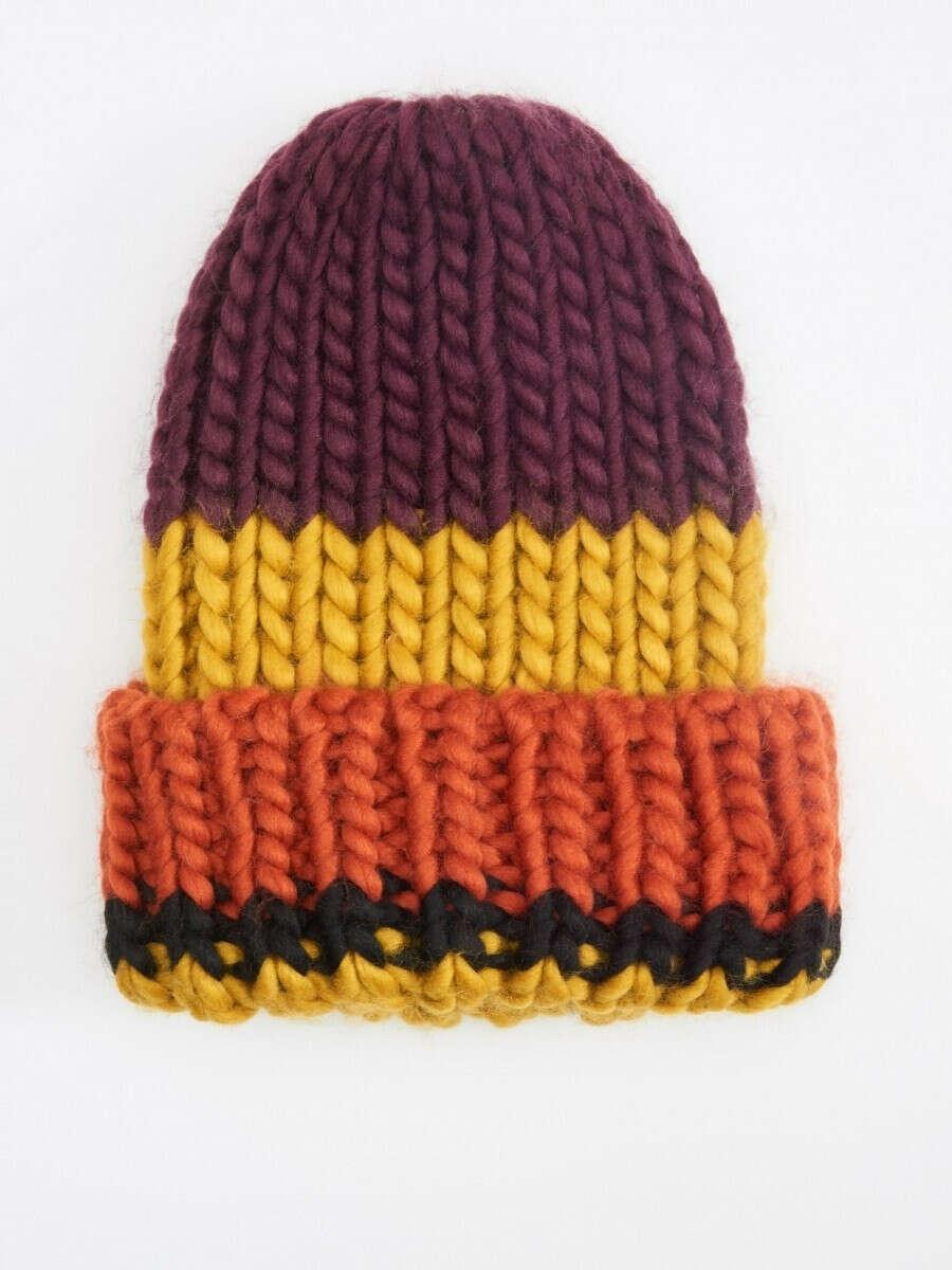 Яркая шапка в комплект к шарфу, для долгих зимних прогулок