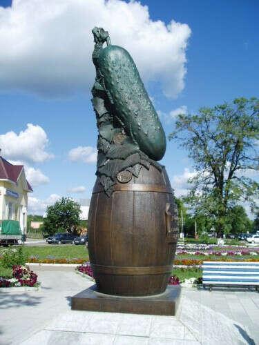 Фото с памятником Огурцу в Луховицах.