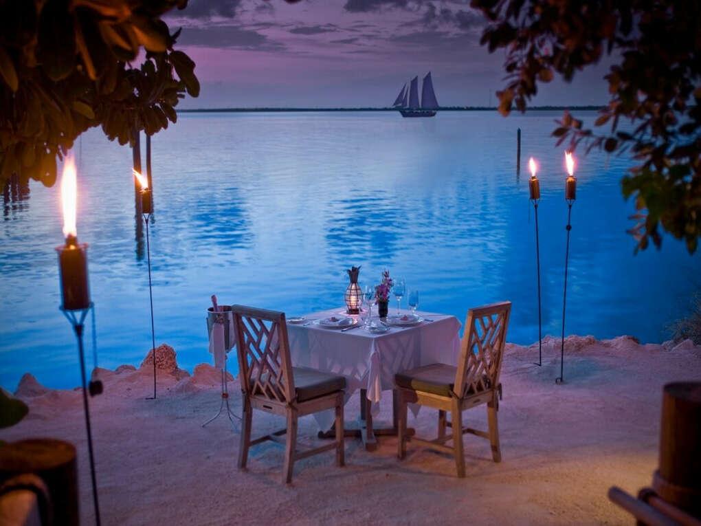 Ужин вдвоём на берегу океана