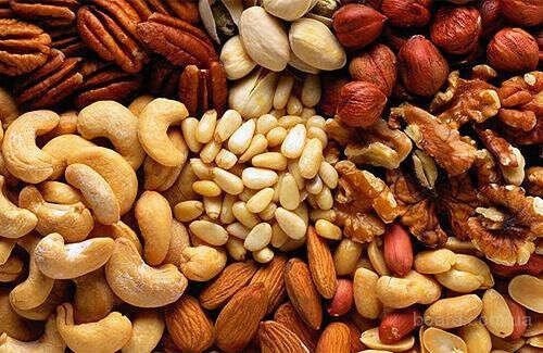 Много орехов (миндаль, кешью, фисташки и банановые чипсы)