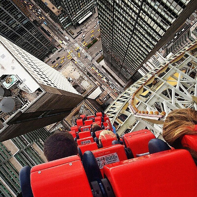Прокатиться на американских горках над небоскребами.