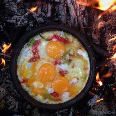 Приготовить яичницу на костре