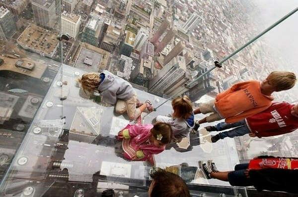 постоять на прозрачном балконе небоскреба Sears Tower