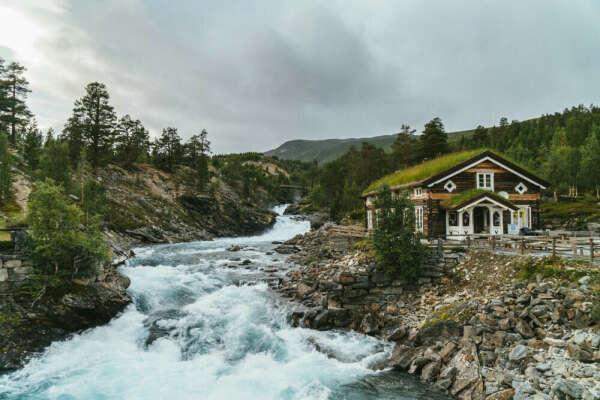 Уютный дом у водоема