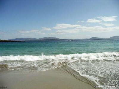 Поехать за границу. В теплую страну. На море.