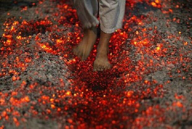 Пройти по горящим углям