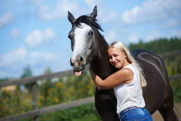 хорошо и часто ездить верхом на своём коне Габриэле I