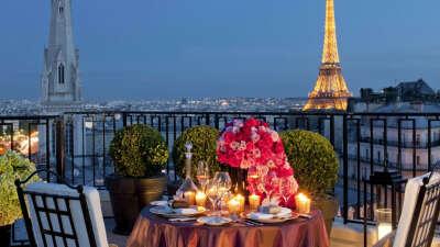 Романтический ужин с видом на Эйфелеву башню