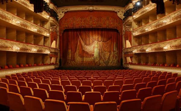 Сходить в драматический театр