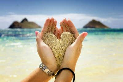 Отдохнуть на море с любимым.