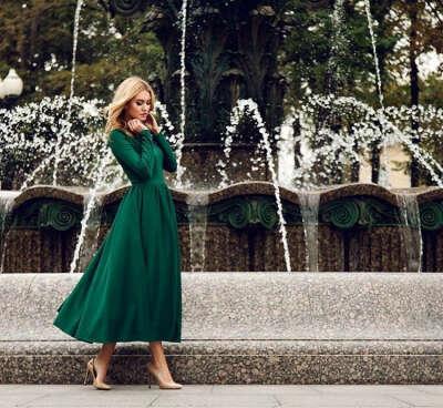 однотонное зеленое платье