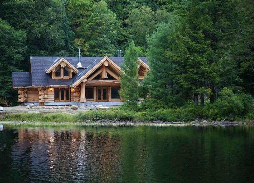 Небольшой домик в лесу на берегу чистого озера