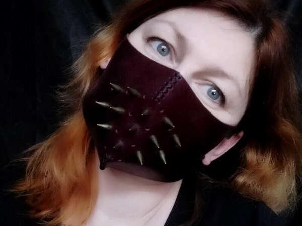 Маска Бордо с шипами - ТемноеСияние
