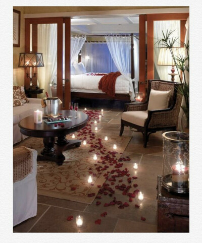 Романтик с свечами и лепестками роз