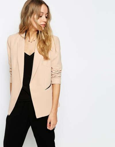 бежевый пиджак без пуговиц