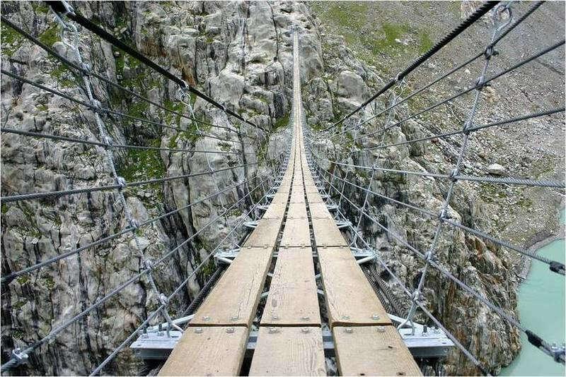 Перейти по подвесному мосту Трифт, Альпы, Швейцария