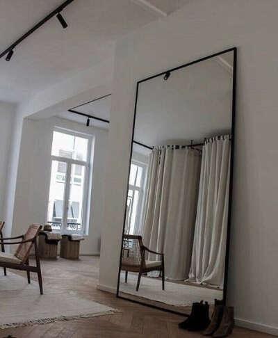 Большое напольное зеркало в раме