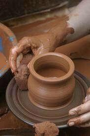 Сделать глиняную кружку на гончарном круге