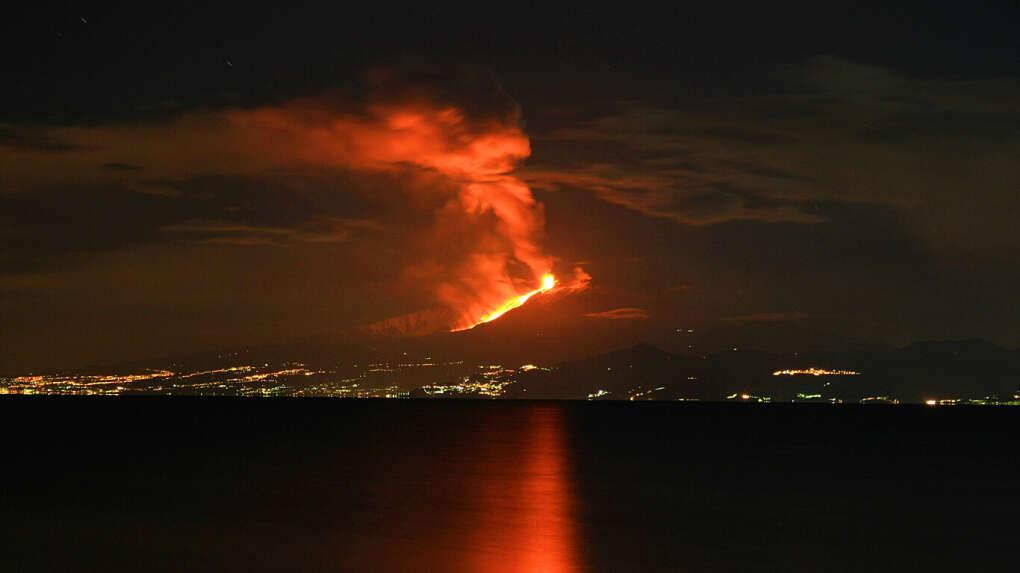 Увидеть извержение этны.