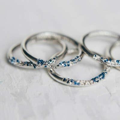 Кольцо с вплавленными синими фианитами