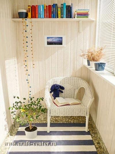 создать уютное место для чтения на балконе