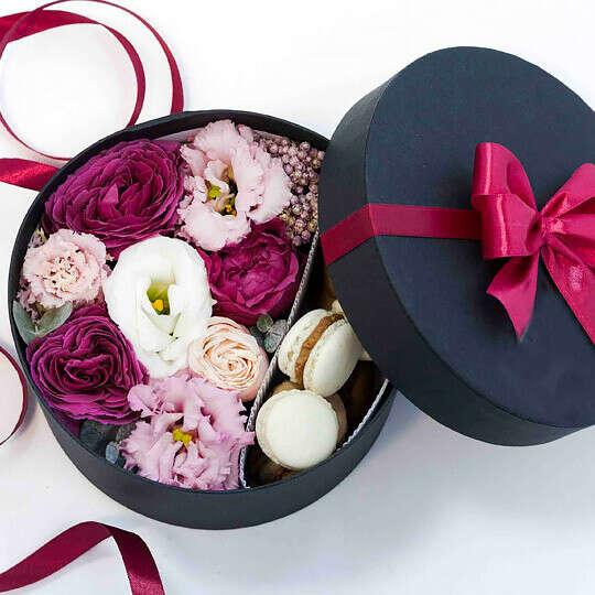 Коробка подарочная с цветами и макарунами Black