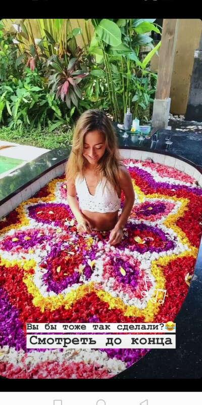 Ванная на Бали из лепестков цветов