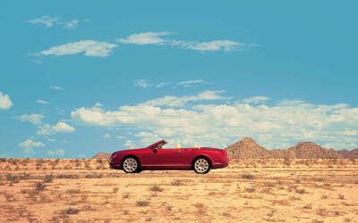 ехать на кабриолете по пустыне